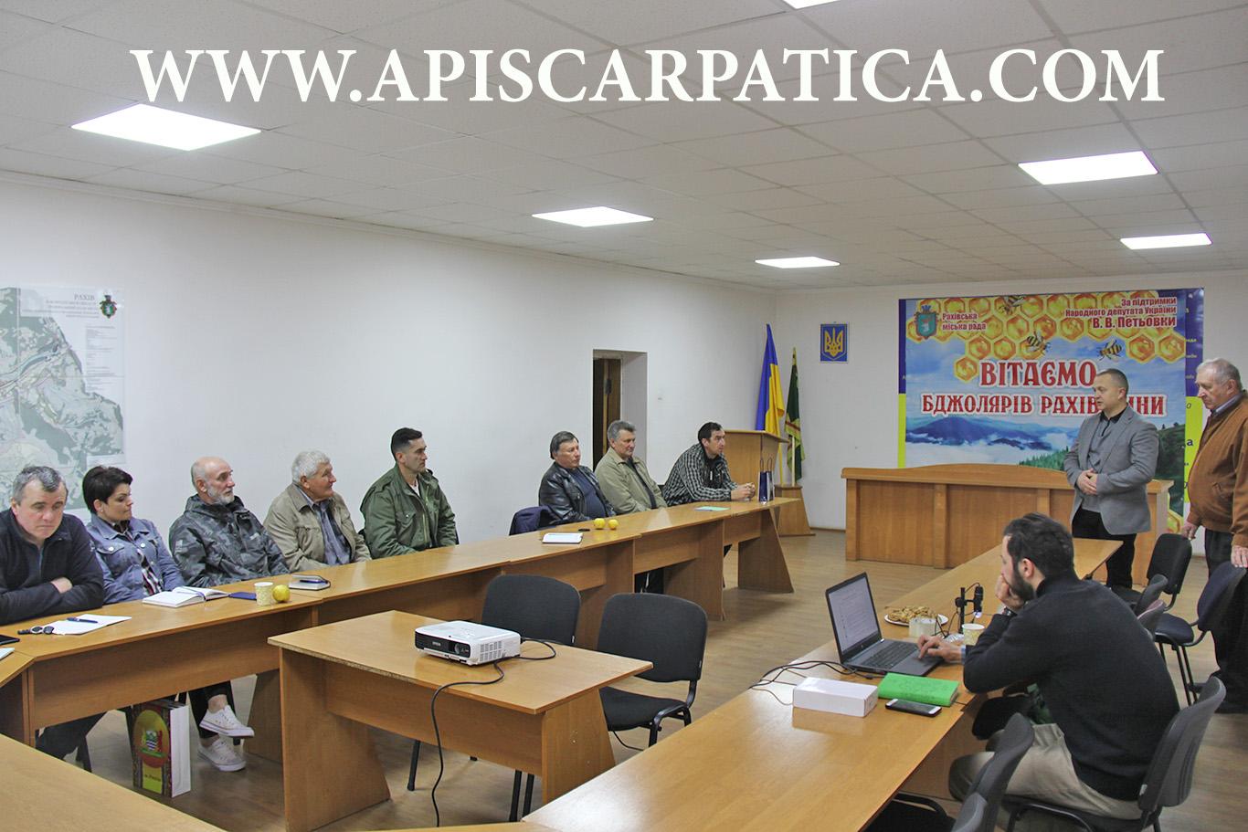 учасників семінару вітає Рахівський міський голова Віктор Медвідь